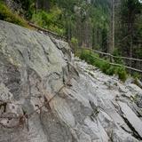 Łańcuch przy skałach.