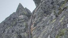 Wspinaczka wąskim korytem skalnym na Przełęcz Nowickiego.