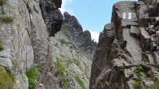Wąskie przejście między skałami.