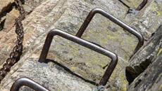 Zejście z Kozich Czub z licznymi łańcuchami i klamrami.