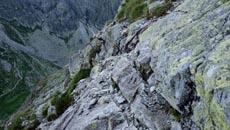 Trawers wąskim skalnym progiem.
