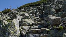 Kamienne schody doprowadzą na przełęcz.