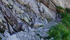 Wąska dróżka kończy się kolejnym podejściem po skałach.