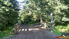 Wejście do Doliny Niżniej Chochołowskiej znajduje się przed schroniskiem PTTK.