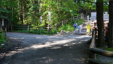 Po lewej wejście do Doliny Strążyskiej.