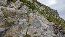 Pierwszy łańcuch, stawiamy duży krok by wdrapać się na skalną półkę.
