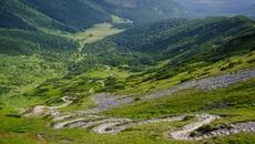 Spójrzmy na szlak i Halę Kondratową w dole.